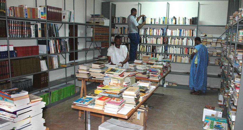 Rangement des livres dans la bibliothèque nouvellement construite (mars 2013)