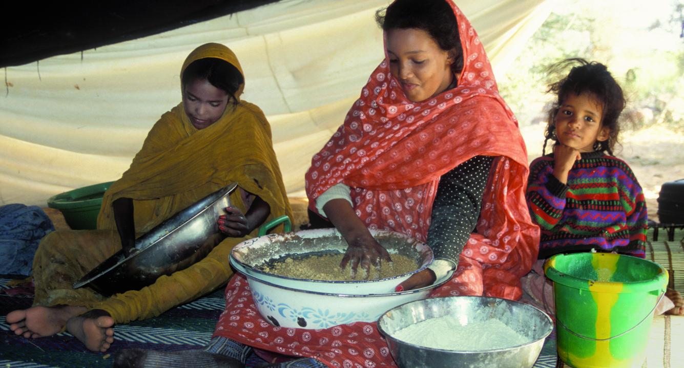 Jeunes filles nomades préparant le coucous